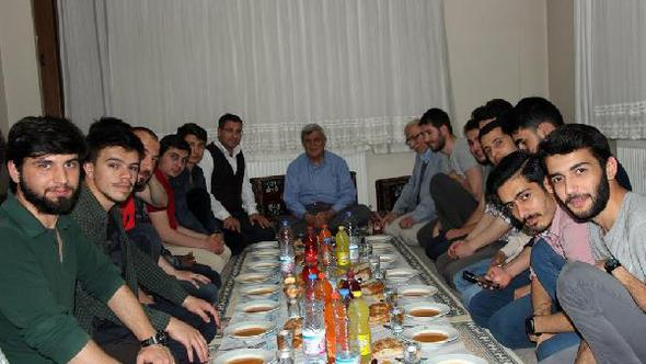 Karaosmanoğlu iftarını öğrenci evinde açtı