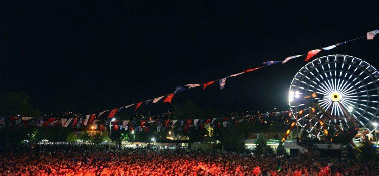 Demet Akalın'dan Zafer Bayramında Coşkulu Konser