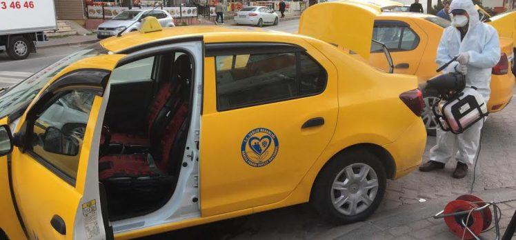 Darıca'da taksileri dezenfekte ediyor