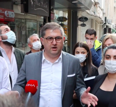 CHP Kocaeli afişlerin indirilmesini alkışlarla protesto etti