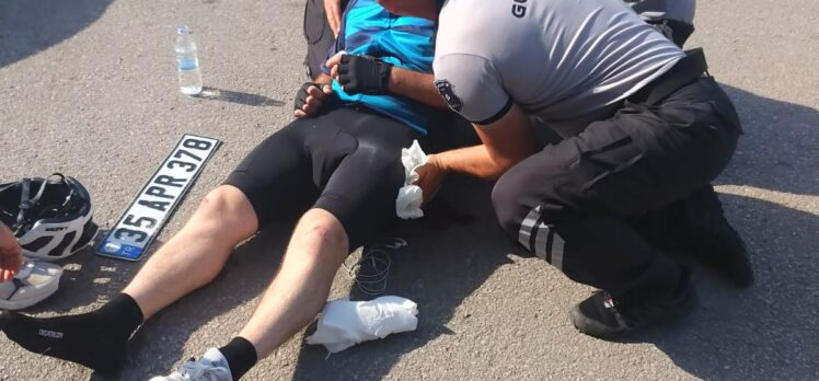 Kaza yapan bisikletliye ilk müdahale Büyükşehir personelinden