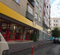 Kaldırımı işgal eden market asfalt yola da dubalar çaktı.